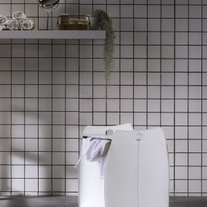 ALESSIO: portabiancheria in cuoio colore Bianco, con sacco in cotone removibile, chiusura a ribalta in cuoio, contenitore porta oggetti, borsa in cuoio, prodotto da Limac Design®.