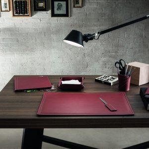 ASCANIO 6: Set di accessori da scrivania in cuoio colore Bordeaux, set ufficio, sottomano da scrivania, portaoggetti, portapenne, antiscivolo, Made in Italy by Limac Design.