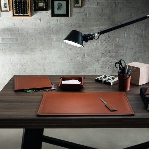 ASCANIO 4: Set di accessori da scrivania in cuoio colore Marrone, set ufficio, sottomano da scrivania, portaoggetti, portapenne, antiscivolo, Made in Italy by Limac Design®.