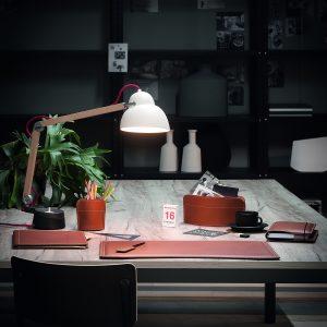 BRANDO 4: Set di accessori da scrivania in cuoio colore Marrone, set ufficio, sottomano da scrivania, portaoggetti, portapenne, antiscivolo, Made in Italy by Limac Design®.