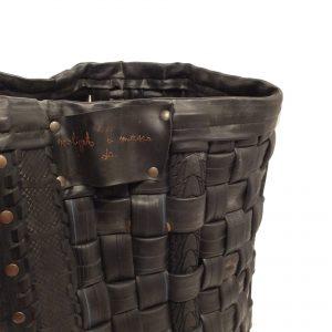 TANCREDI: portalegna in gomma riciclata da pneumatici di biciclette, realizzato a mano, con ruote gommate, con rivetti. Design Firestyle®, Made in Italy 100%