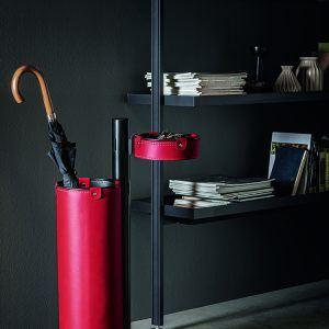 ADELFO: Servomuto con elementi rivestiti in cuoio colore Rosso, portaombrelli, svuota-tasche, con struttura in acciaio, disegnato da Limac Design®, Made in Italy.