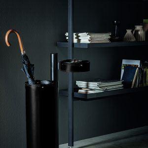 ADELFO: Servomuto con elementi rivestiti in cuoio colore Nero, portaombrelli, svuota-tasche, con struttura in acciaio, disegnato da Limac Design®, Made in Italy.