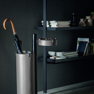 ADELFO: Servomuto con elementi rivestiti in cuoio colore Tortora, portaombrelli, svuota-tasche, con struttura in acciaio, disegnato da Limac Design®, Made in Italy.