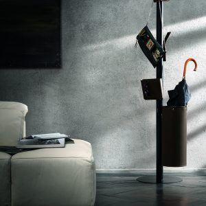 ERCOLE 5: Appendiabiti da terra con 5 elementi rivestiti in cuoio colore Testa di Moro, attaccapanni con struttura in acciaio, disegnato da Limac Design®, Made in Italy.