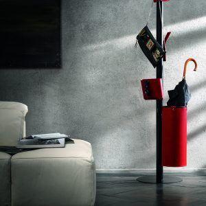 ERCOLE 5: Appendiabiti da terra con 5 elementi rivestiti in cuoio colore Rosso, attaccapanni con struttura in acciaio, disegnato da Limac Design®, Made in Italy.