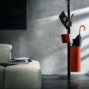 ERCOLE 6: Appendiabiti da terra con 6 elementi rivestiti in cuoio colore Marrone, attaccapanni con struttura in acciaio, disegnato da Limac Design®, Made in Italy.