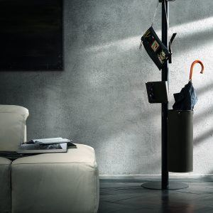 ERCOLE 5: Appendiabiti da terra con 5 elementi rivestiti in cuoio colore Nero, attaccapanni con struttura in acciaio, disegnato da Limac Design®, Made in Italy.