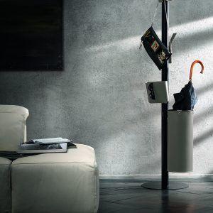 ERCOLE 5: Appendiabiti da terra con 5 elementi rivestiti in cuoio colore Tortora, attaccapanni con struttura in acciaio, disegnato da Limac Design®, Made in Italy.