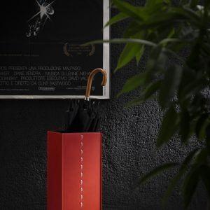 SOFIA: Paragüero en cuero color Rojo, diseño de soporte de paraguas con una placa de gancho by Limac Design®.