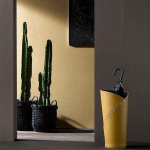 KATRINA: porta-ombrelli in cuoio colore Giallo Ocra, portaombrelli di design con vaschetta raccogligocce, portaombrello made in Italy Limac Design®.